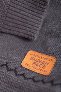 The Indian Face_detalle jersey gris